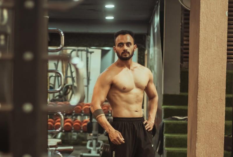 ein muskulöser Mann im Fitnessstudio
