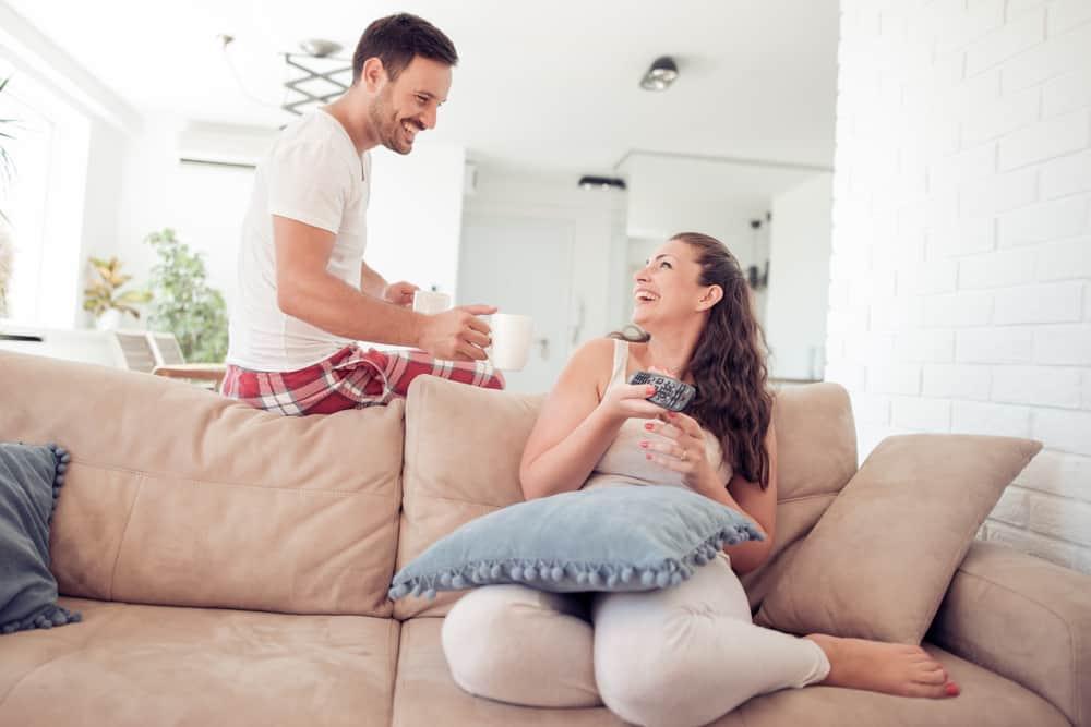 ein schönes junges Paar, das Morgenkaffee trinkt
