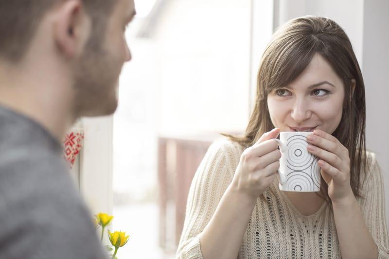 fröhliche Frau im Gespräch mit Mann