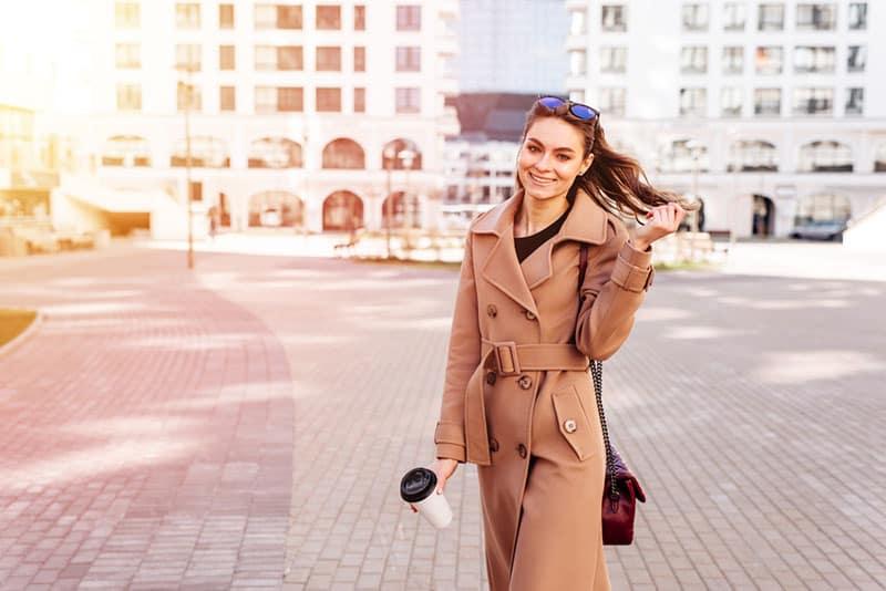glückliche Frau, die auf der Straße aufwirft