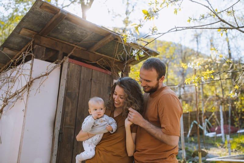 glückliches Ehepaar mit ihrem Baby