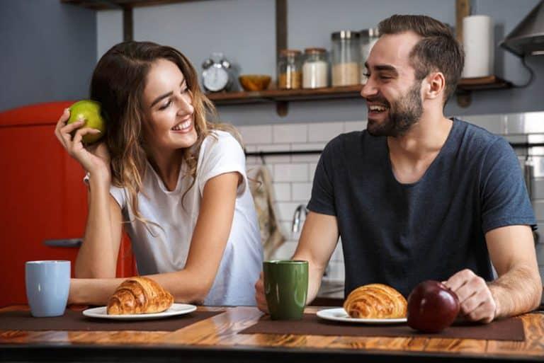 glückliches Paar beim gemeinsamen Frühstück