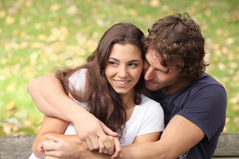 hübsches Paar flirtet und umarmt