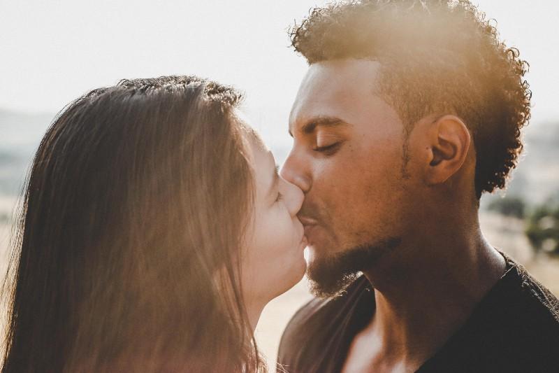 junges Liebespaar küsst sich