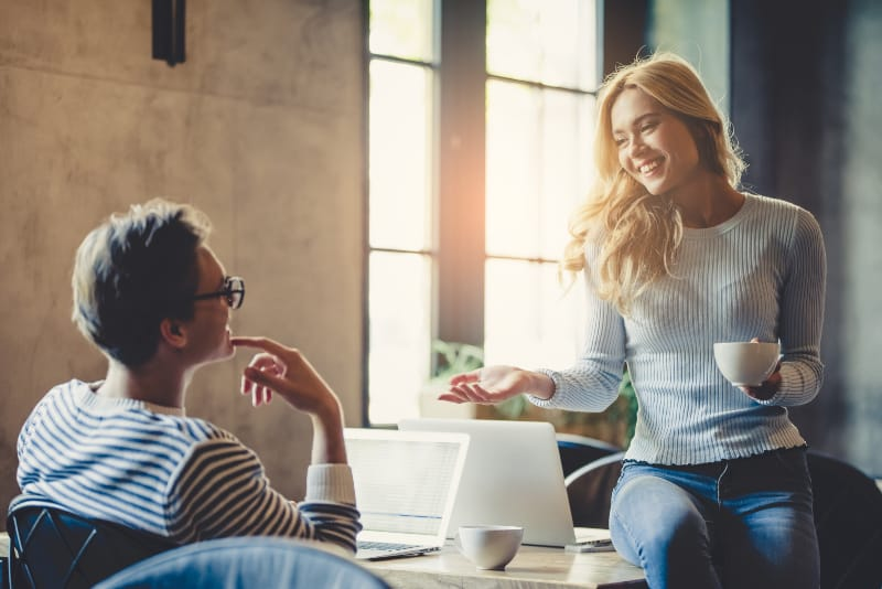 junges Paar im Büro sprechen