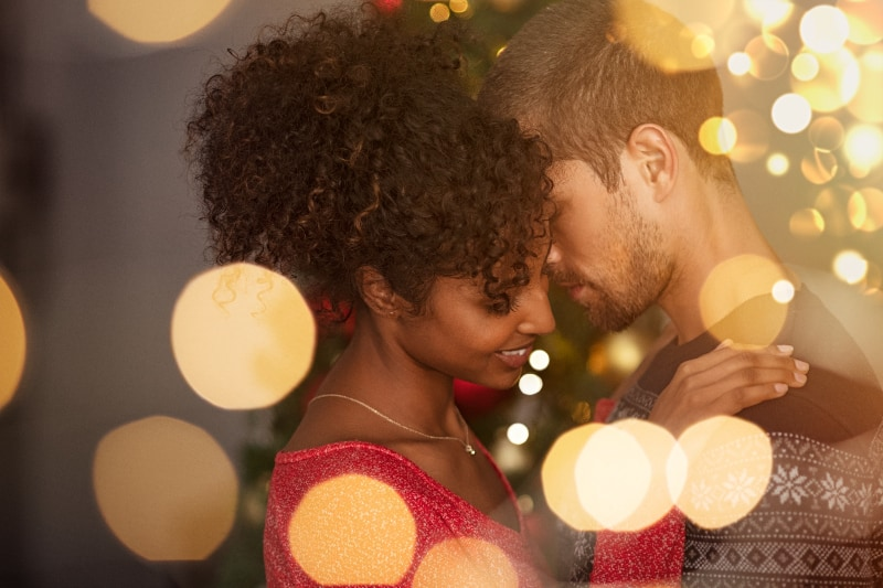 romantisches Paar in Pullovern