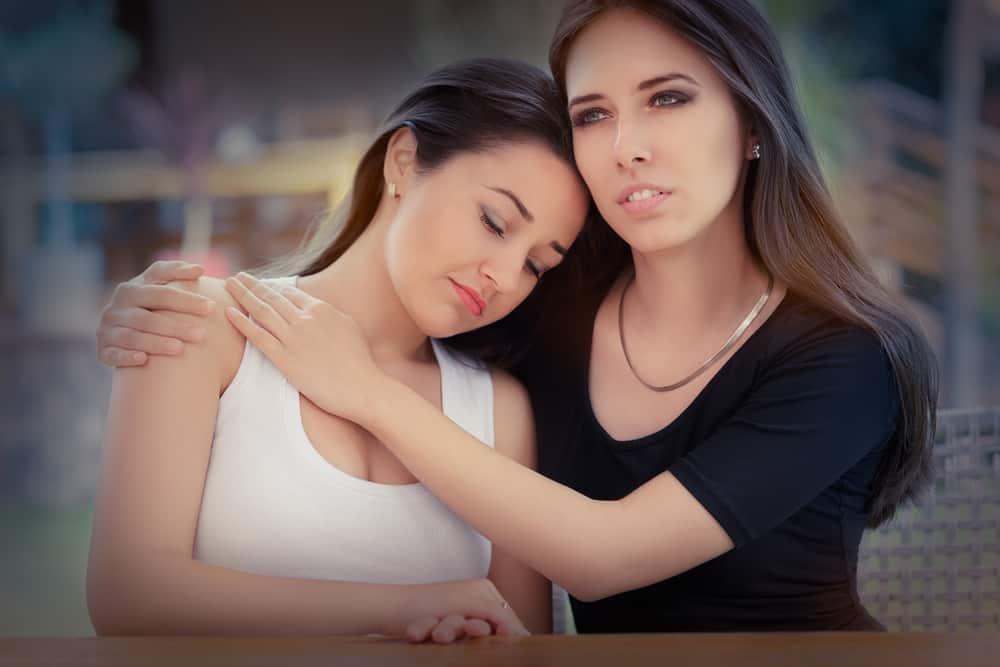 zwei traurige Frauen in einer Umarmung