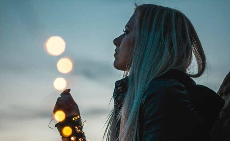 einsames Mädchen, das zum Himmel schaut