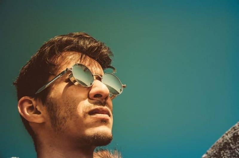 Mann mit Sonnenbrille draußen