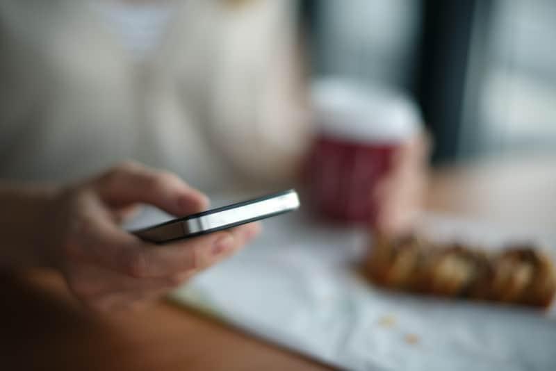 Das Mädchen benutzt ein Handy