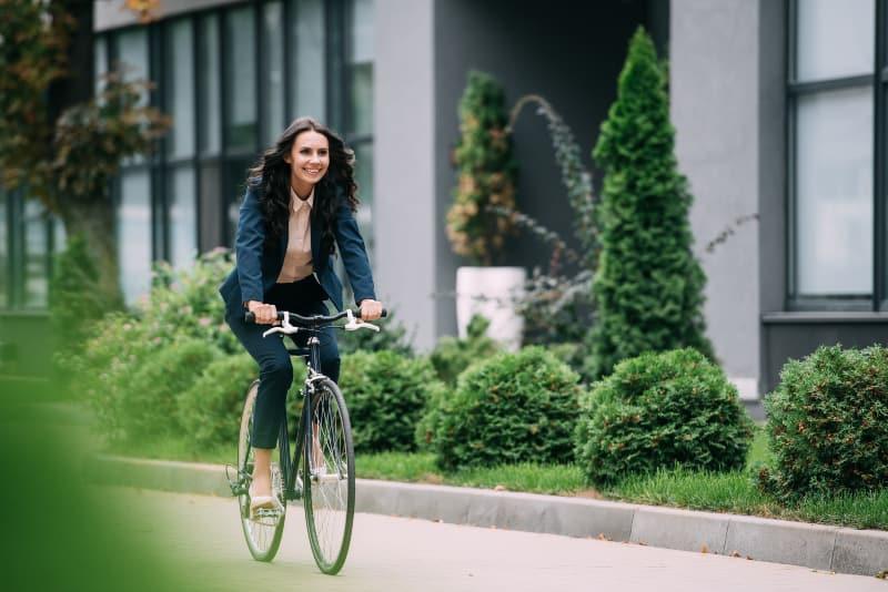 Das Mädchen fährt Fahrrad