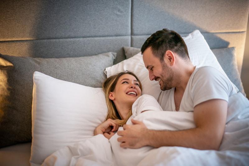 Das glückliche Paar liegt im Bett