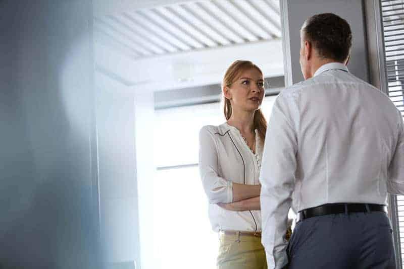 Der Mann und die Frau reden ernst