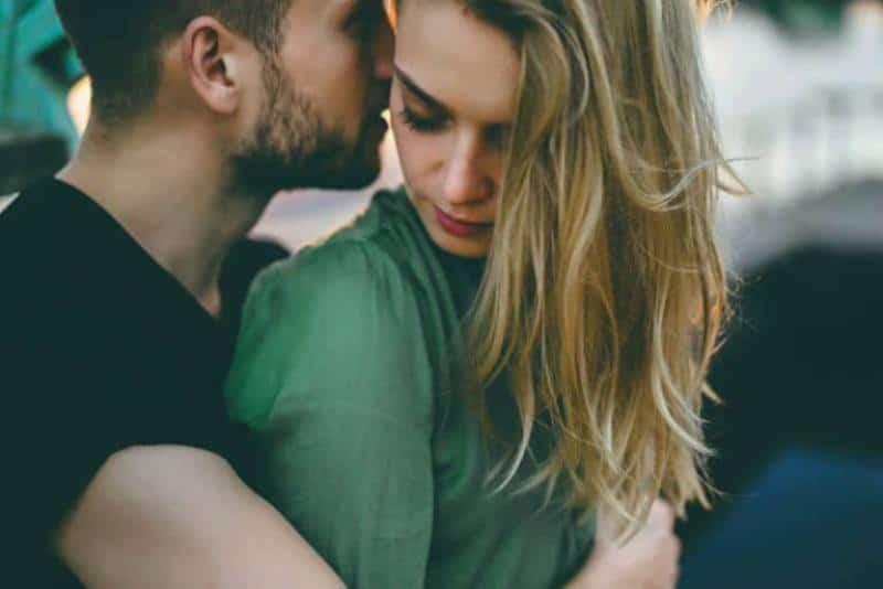 Der Typ genießt den schönen Duft seiner Freundin