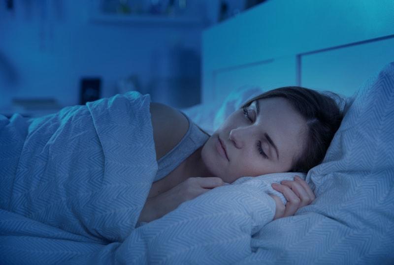 Die Frau schläft friedlich im Bett