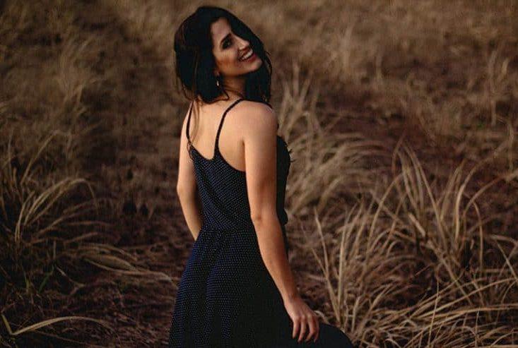 ein lächelndes Mädchen in einem blauen Kleid
