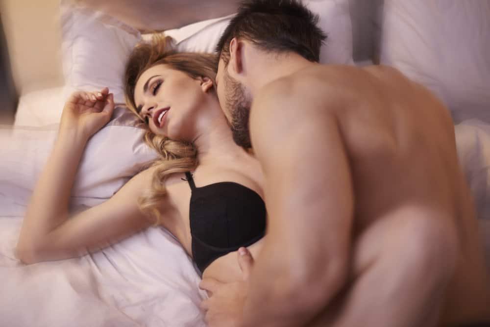 Ein Mann mit Bart und eine Frau im Wasser lieben das Bett