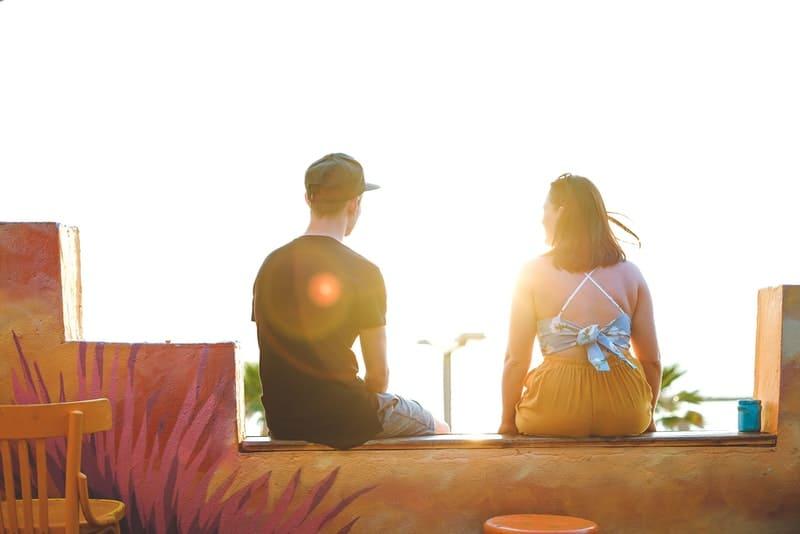 Ein liebevolles Paar sitzt auf der Terrasse und schaut in die Sonne