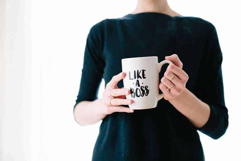 Eine Frau hält eine Tasse Tee in den Händen