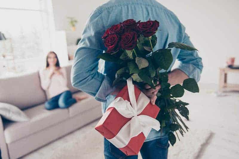 Mann überraschende Frau mit Rosen