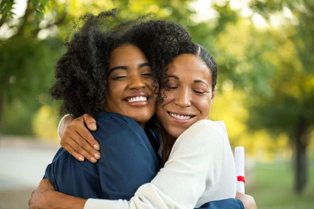 Mutter und Tochter in einer Umarmung bei der Abschlussfeier