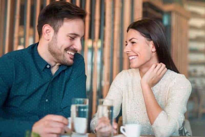 Paar in Kaffee Kaffee trinken
