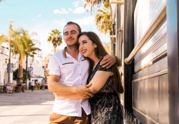 Auf der Straße stehen zwei Liebende in einer Umarmung