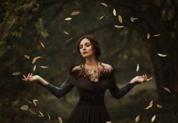 ein Mädchen in der Natur, umgeben von Blättern