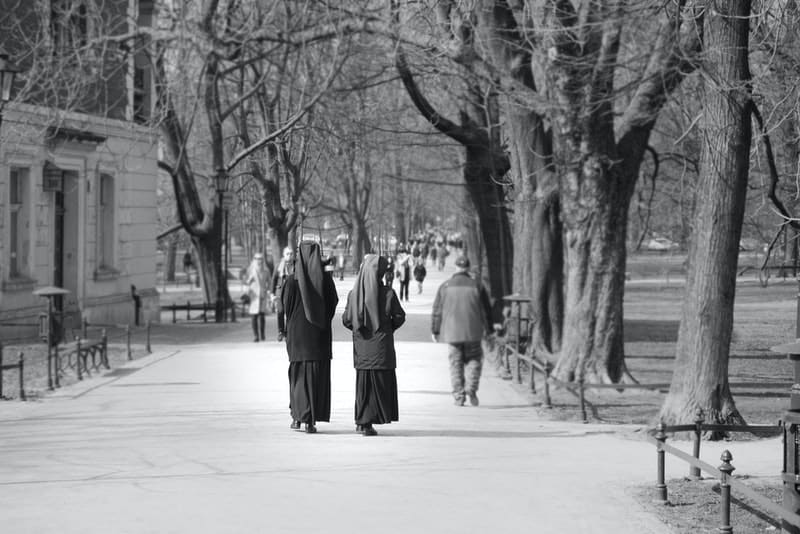 Zwei Nonnen gehen die Straße entlang und unterhalten sich