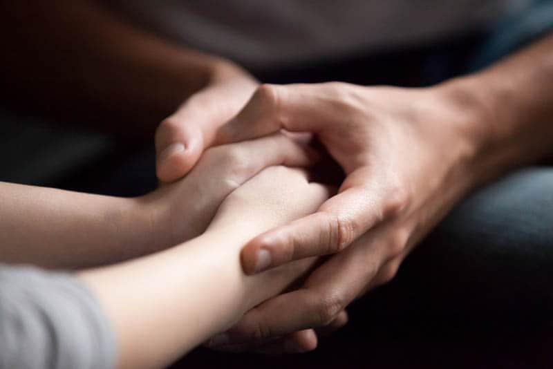die Hände einer Frau in männlichen Händen