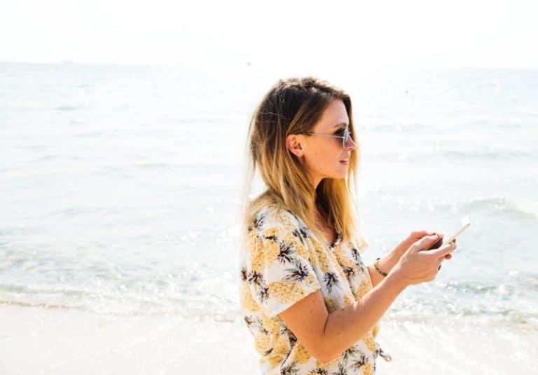 ein Mädchen am Strand spazieren