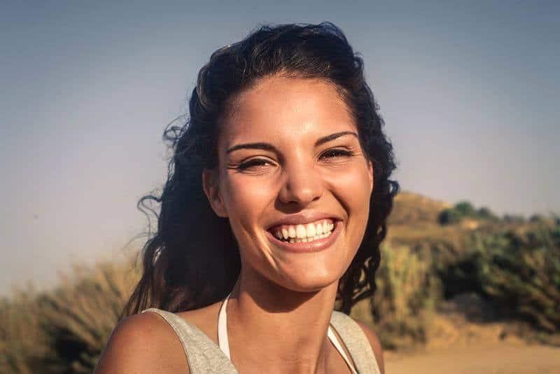 ein Porträt eines lächelnden Mädchens mit schönen Zähnen