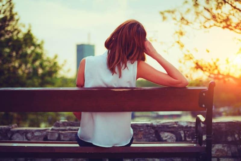 ein einsames Mädchen sitzt auf einer Bank2(1)
