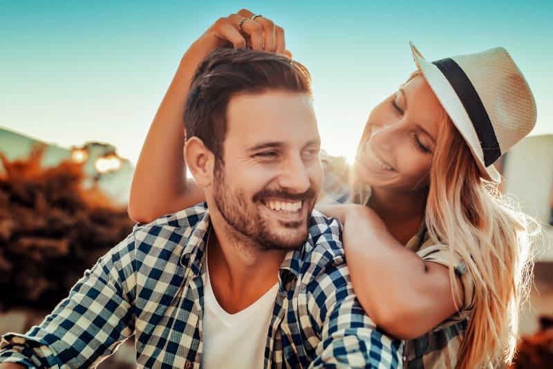 ein lächelndes Paar, das die Natur genießt