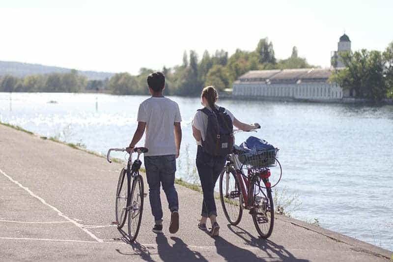 ein liebevolles Paar, das am Fluss entlang geht