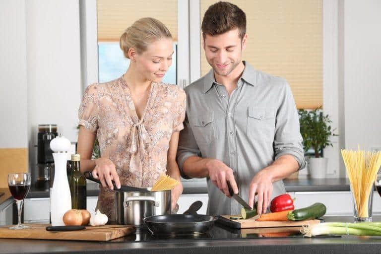 ein paar kochen zusammen