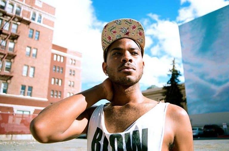 ein schwarzer Mann mit einer Mütze auf einem Basketballplatz
