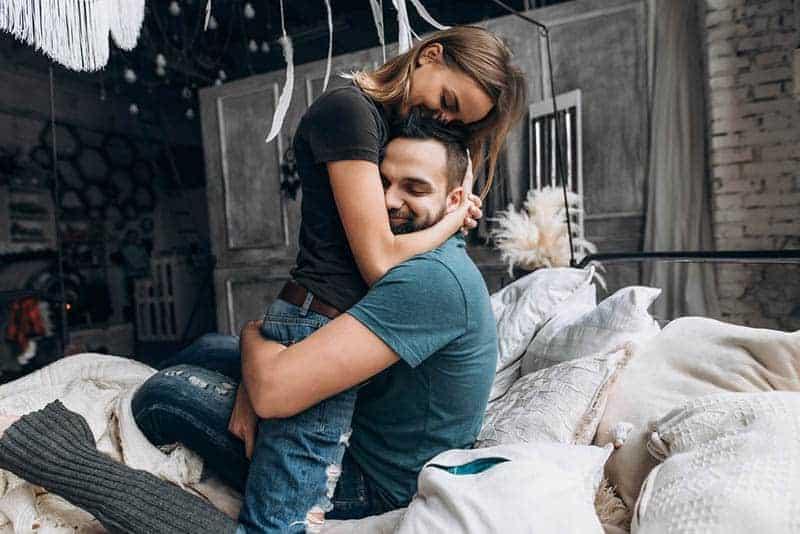 ein verliebtes Paar in einer engen Umarmung im Bett