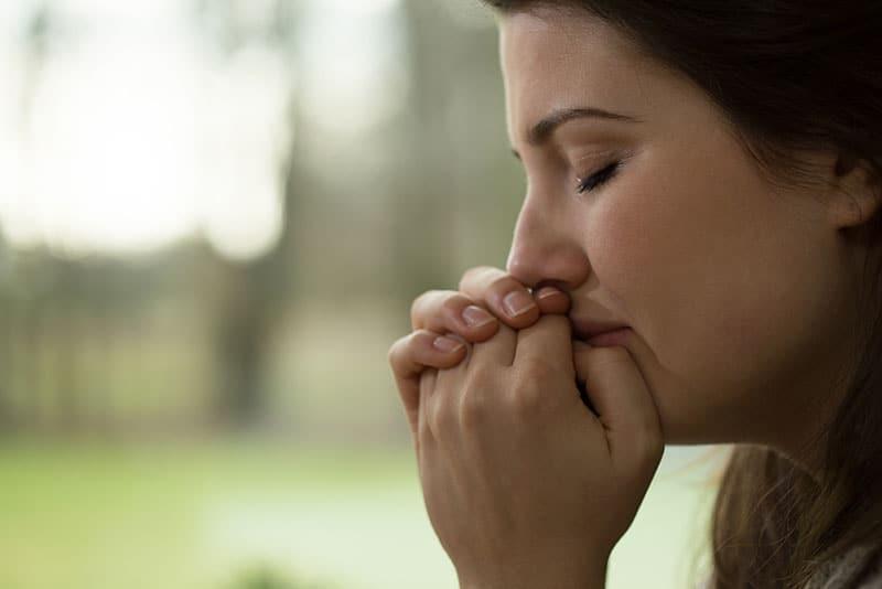 traurige junge Frau weint