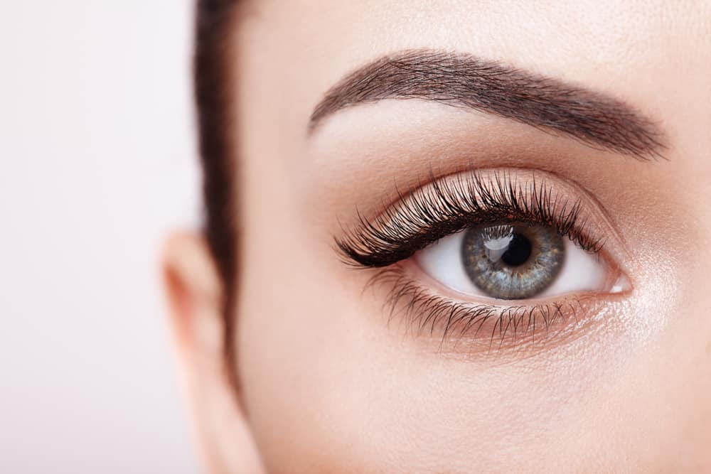 weibliches Auge mit sehr langen Wimpern