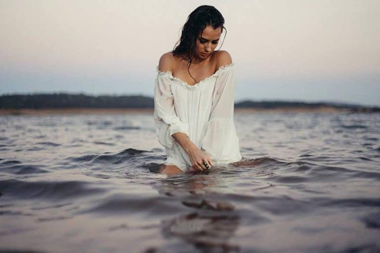 Ein trauriges Mädchen schaut auf das Wasser