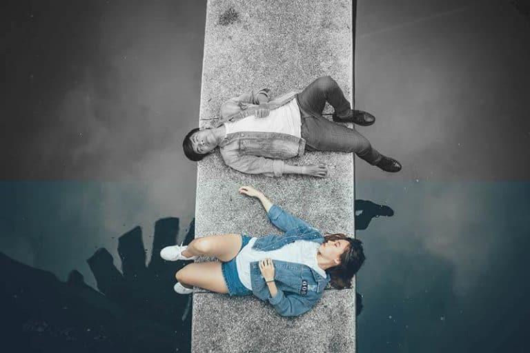 Ein Mann und eine Frau liegen nebeneinander auf dem Boden