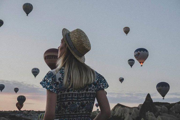Das Mädchen beobachtet die fliegenden Luftballons