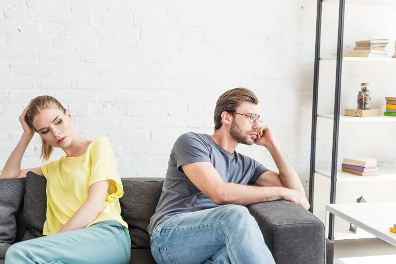 Das junge Paar sitzt getrennt voneinander