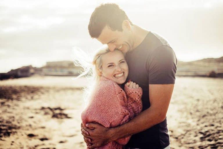 ein süßes Mädchen von ihrem Freund umarmt