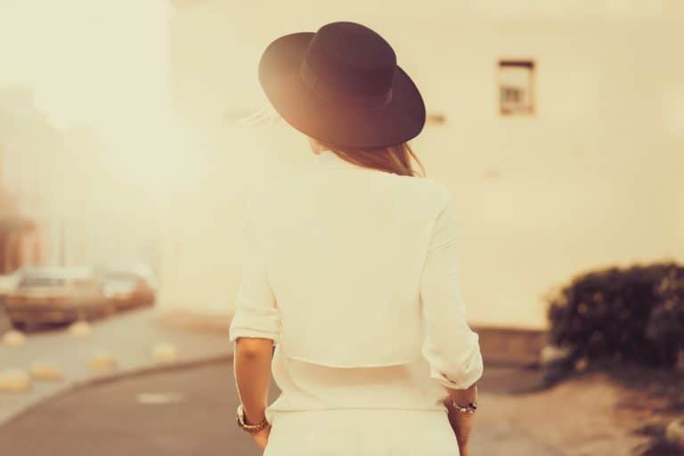 Ein Mädchen mit einem schwarzen Hut geht durch die Straßen