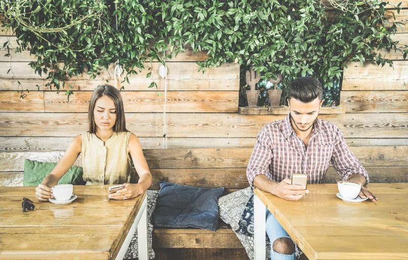 Ein junger Mann und eine junge Frau surfen im Internet