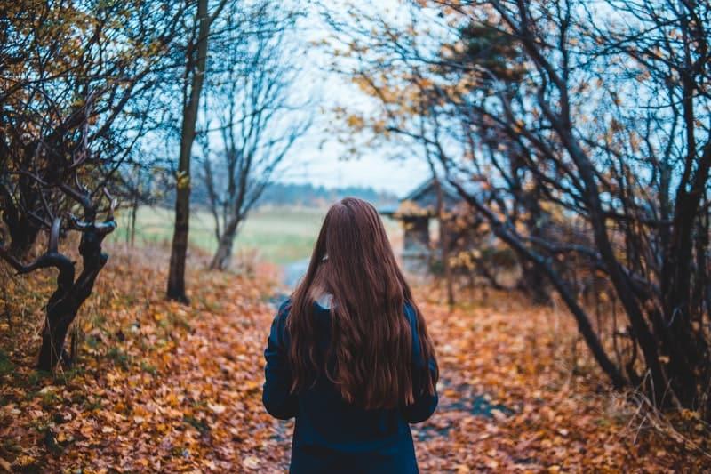 Frau in der Nähe von Bäumen steht