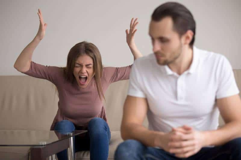 Junge Frau, die Freund in Hysterie anschreit
