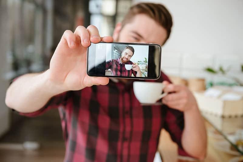Mann, der Selfie im Büro nimmt